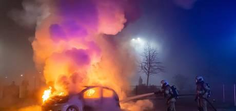 Grimmige sfeer in Vianen, politie en brandweer bekogeld met vuurwerk bij autobrand
