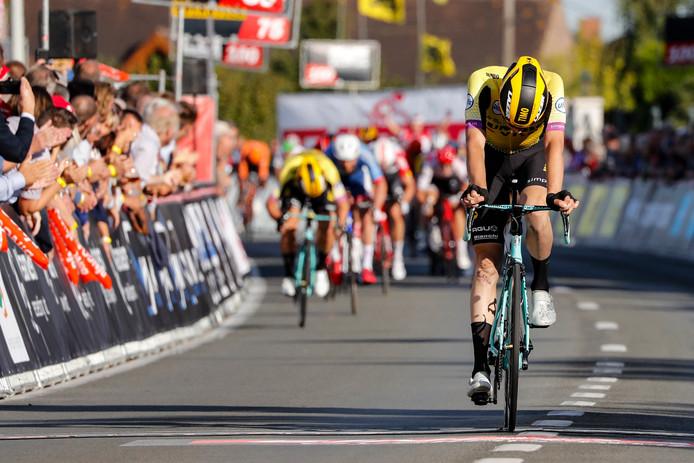 Timo Roosen buigt het hoofd. Dylan Groenewegen sprint in de achtergrond naar de derde plek.
