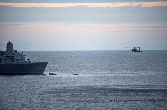 Met kleinere bootjes en helikopters werd maar de vermisten gezocht.