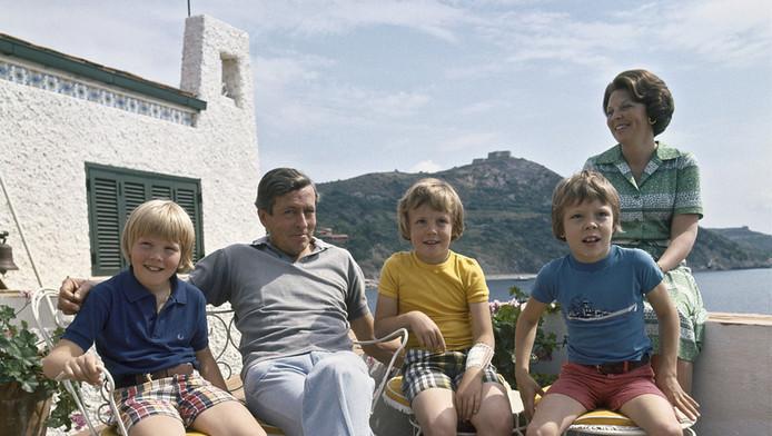 Zomervakantie in 'de Gelukkige Olifant'. Groepsportret van Willem Alexander, Claus, Johan friso, Constantijn en Beatrix in 1977