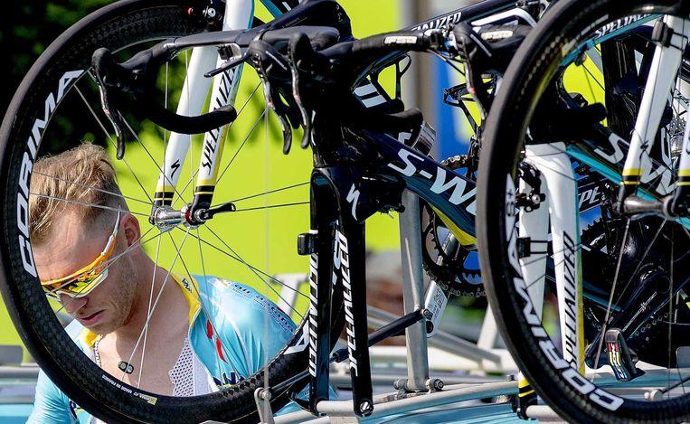 Lars Boom stapt in de auto om naar de start van de Tour de France te rijden. Beeld anp
