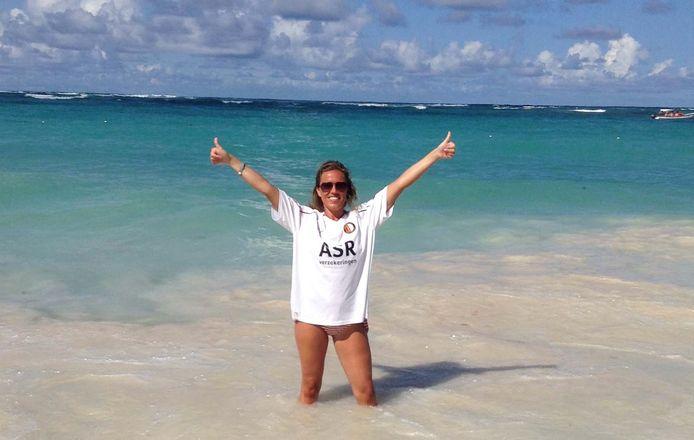 Madelon showt in de branding, op het strand van de Dominicaanse Republiek vol trots haar Feyenoordshirt. ,,Die neem ik overal mee naar toe! Want: overal waar ik ga is mijn liefde voor Feyenoord.''