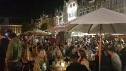 """""""Social distancing? Nee, da's moeilijk"""": Oude Markt in Leuven zit opnieuw afgeladen vol"""