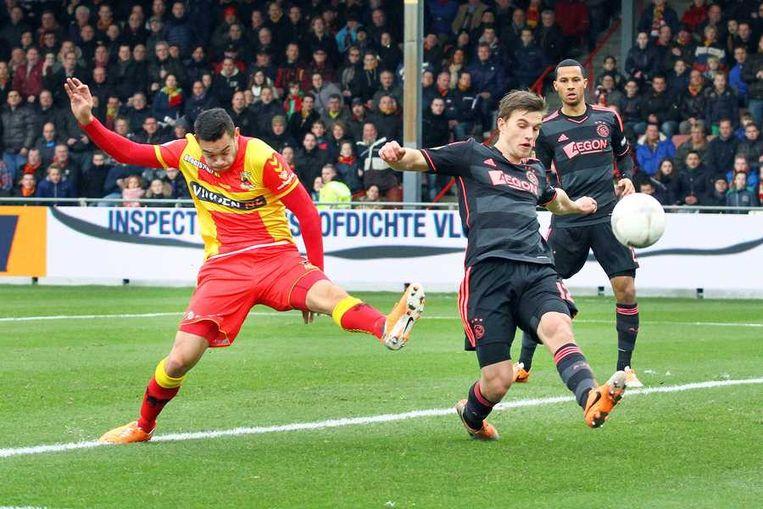 Go Ahead Eagles-speler Xander Houtkoop (links) schiet op doel, Ajax speler Joel Veltman (rechts) blokt het schot Beeld anp
