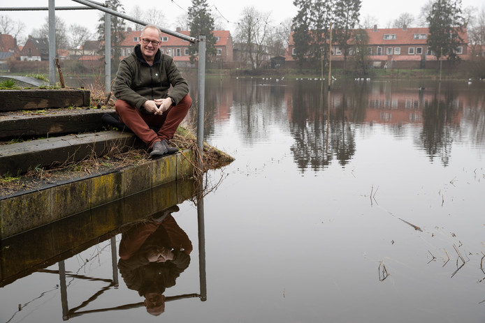 Voorzitter van de ZIJV, Frans Manders bij de ijsbaan, waar nu water ligt.