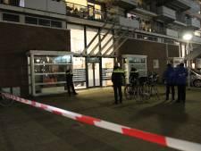 Straatrover steekt Delftse vrouw meerdere keren in nek, schouder, zij en hand voor schamele buit