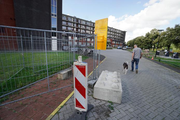 De afgesloten toegang tot de parkeergarage.