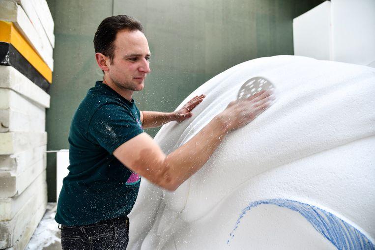 Bram werkt zes maanden in zijn atelier in Dendermonde voor Aalst Carnaval.