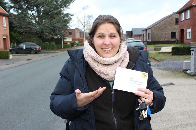 Miriam met de brief voor 'opa' die verkeerdelijk in haar bus viel.
