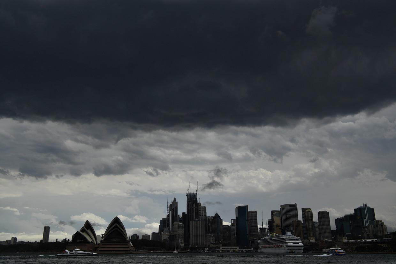 Donkere wolken boven het Opera House in Sydney op 20 januari 2020.