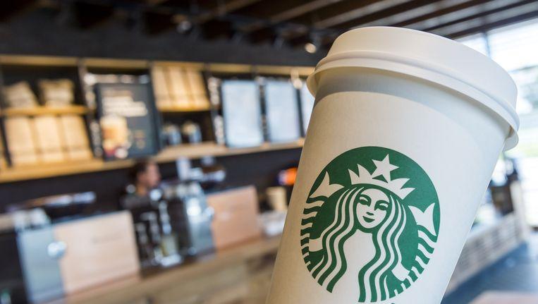 Een koffiebeker van Starbucks. De Nederlandse fiscus zou met het Amerikaanse bedrijf een deal hebben gesloten. Beeld ANP
