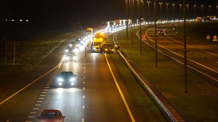 Het ongeval op de A50 in beeld: een rijkstrook is afgelsoten.