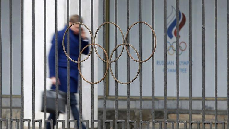 Een man loopt langs het hoofdkwartier van het Russisch Olympisch comité.
