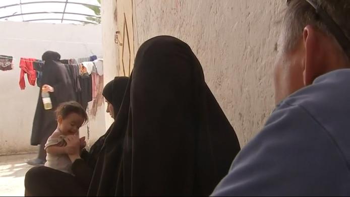 Ilham B. Nederlandse Jihadist uit Syrië geïnterviewd door VRT-verslaggever Rudi Vranckx in het vluchtelingenkamp Ain Aissa.
