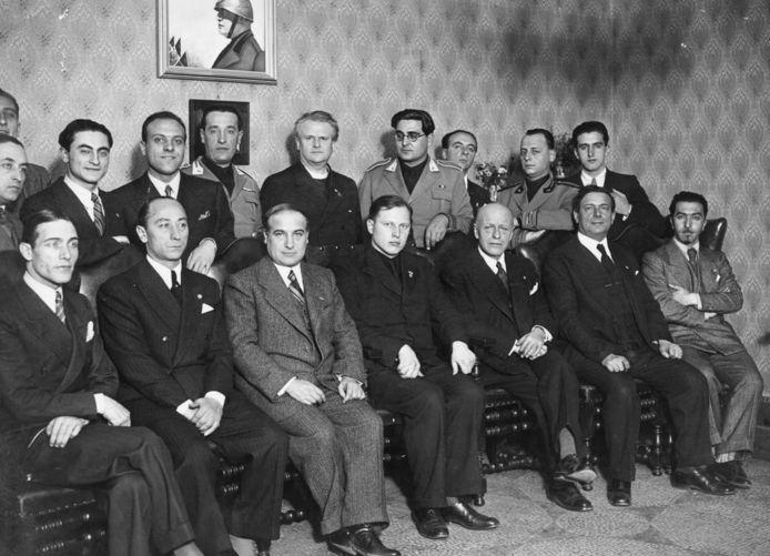 Still uit 'Allen tegen allen'. Wouter Lutkie uit Nuland (midden achter) en Arnold Meijer uit Oisterwijk (midden voor) samen in Italië onder een portret van Mussolini.