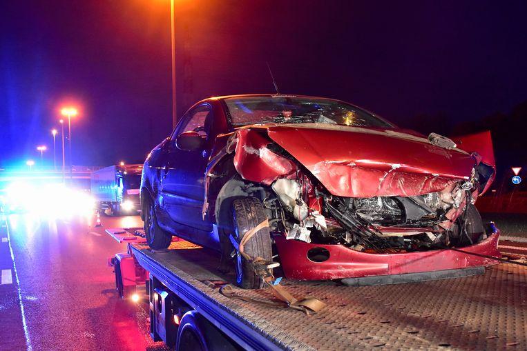 De Peugeot liep zware schade op bij de botsing tegen de betonnen middenberm op de E17 in Deerlijk.