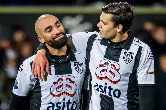 Justin Hoogma (rechts) is blij met tweevoudig doelpuntenmaker Samuel Armenteros. Foto: ANP Pro Shots