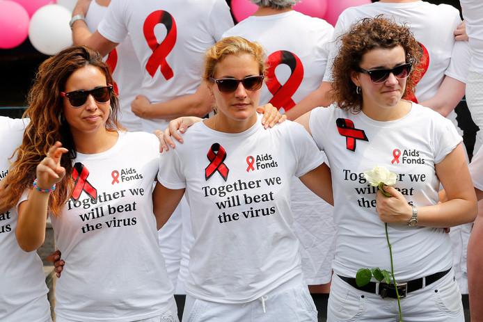 Een boot van het Aids Fonds vaart in de Prinsengracht voorop in de Gay Pride Botenparade. De boten van de organisatie varen een kwartier voor de bontgekleurde stoet uit en vormen een eerbetoon aan de medewerkers en alle andere passagiers die omkwamen bij de vliegtuigcrash met de Boeing van Malaysia Airlines