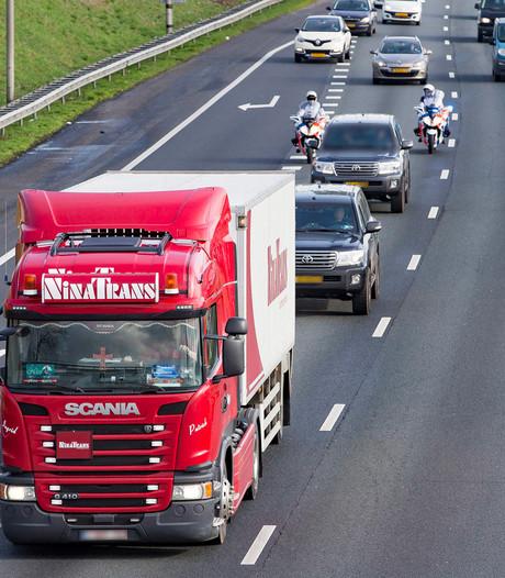 Waardetransport onder strenge beveiliging over A59 bij Raamsdonksveer