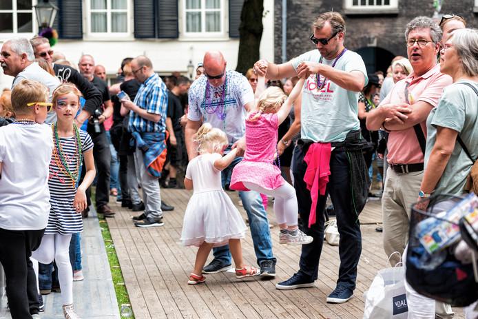 Jong en oud, groot en klein. Iedereen danst mee.