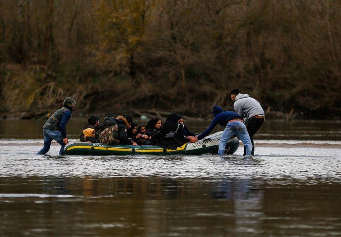 Migranten proberen met een opblaasboot de Maritsa-rivier over te steken en zo het Griekse grondgebied te bereiken.