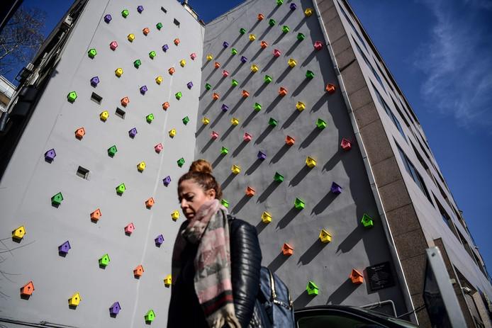 De Turkse kunstenaar Yan Kose heeft een opvallend kunstwerk gemaakt aan de zijkant van een flatgebouw in Istanboel. Hij gebruikte meer dan honderd vogelnestkastjes en noemde zijn installatie: 'One eye room'. Foto Ozan Kose