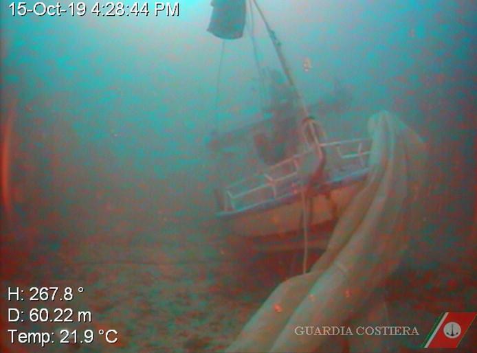 De Italiaanse kustwacht verspreidde enkele foto's van het gezonken bootje.