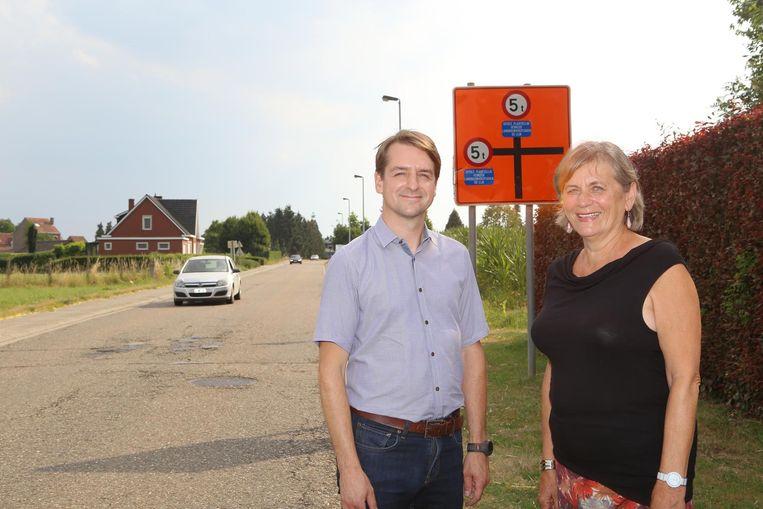 Mobiliteitsschepen Gunther Janssens en burgemeester Sarah Boon bij het bord dat de tonnagebeperking aangeeft ter hoogte van de Kerkomsesteenweg.