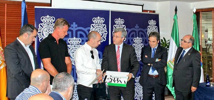 Eerlijke vinder Raúl José Castillo (m) tijdens zijn huldiging met Peter Steenbakkers (l) en burgemeester José María García Urbano van Estepona (r).
