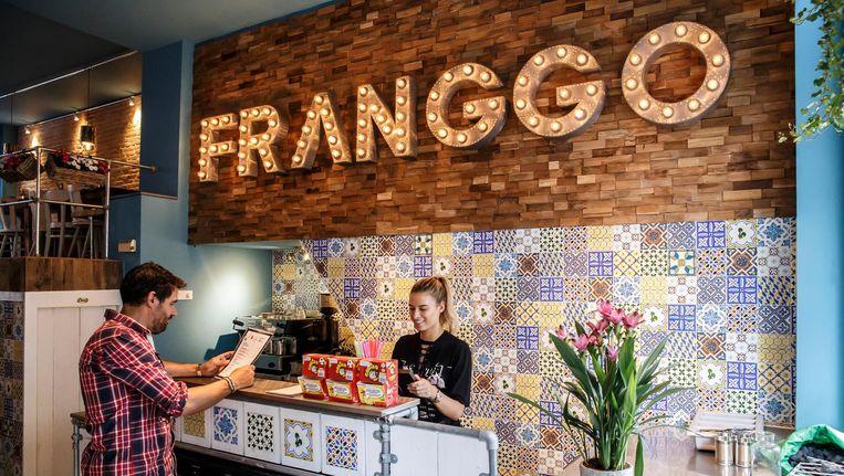 Vader en dochter Figueiredo Soares serveren Portugese kip piripiri to go bij Franggo in De Pijp. Beeld Carly Wollaert