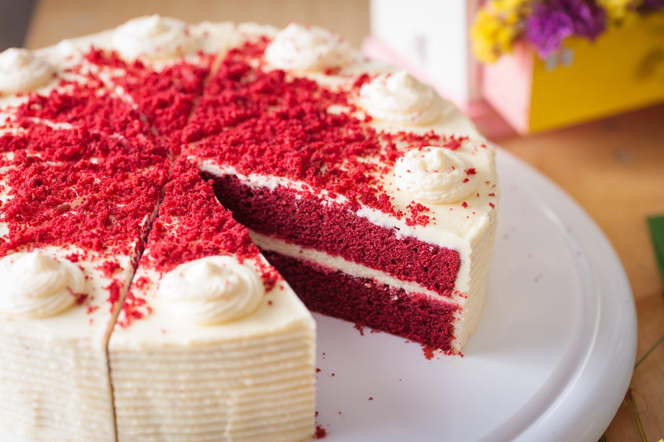 Red Velvet Cake op een houten plank.