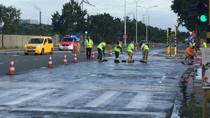 Brandweer druk in de weer op Jacques Paryslaan met poetsen van wegdek