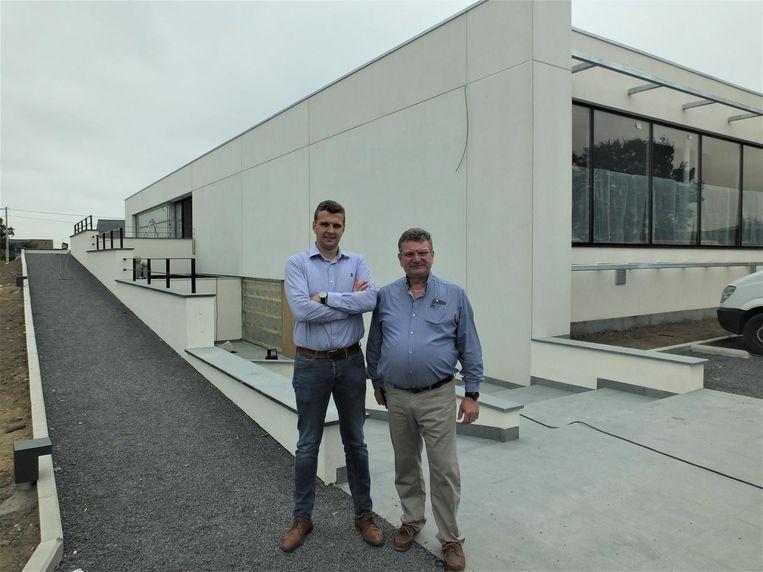 Thomas Dhaeyere en zijn vader Patric bij hun evenementenzaal Westkouter.