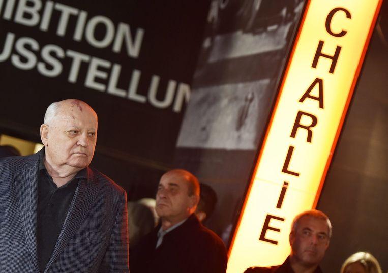 Michael Gorbatsjov komt aan bij Checkpoint Charlie, waar op 7 november de opening van 'Lichtgrenze 2014' plaatsvond. Beeld epa