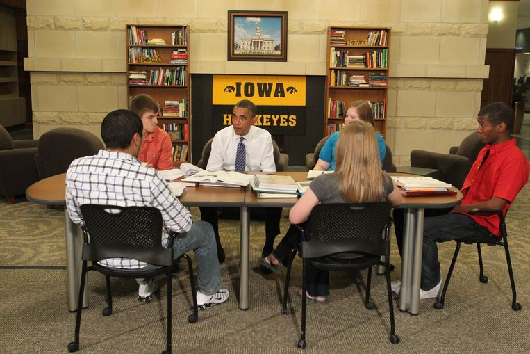 Barack Obama gisteren in Iowa City in gesprek met studenten over de stijgende kosten van het hoger onderwijs. Beeld EPA