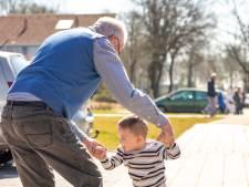 Dansende Wim (81) met buurjongetje in Enschede maakt veel reacties los