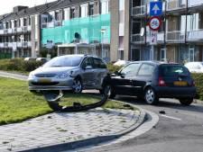 Personenauto's zwaar beschadigd bij botsing in Axel