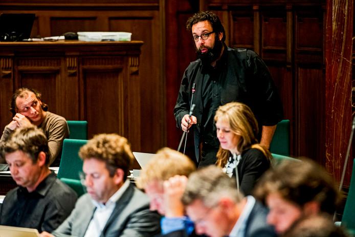 Setkin Sies ontpopt zich in de nadagen van zijn carrière tot sleutelfiguur. Jeroen van der Lee (links) is woedend en noemt hem een 'judas'.