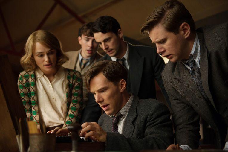 Benedict Cumberbatch als Alan Turing in The Imitiation Game. Achter hem vanaf links: Keira Knightley, Matthew Beard, Matthew Goode en Allen Leech. Beeld Jack English