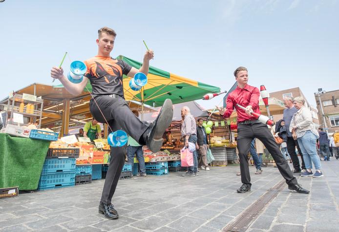 Diabolist Ezra Veldman (l) en jongleur  Daniel Doornkamp op de Grote Markt in Goes.