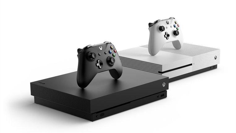 Vooraan de nieuwe Xbox One X, daarachter het instapmodel de Xbox One S. Beeld