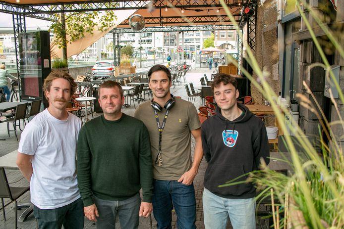 Jasper, Steve, Bart en Jules van café 't Hemelrijk, bij het Terras Celeste dat deze zomer voor het café staat.
