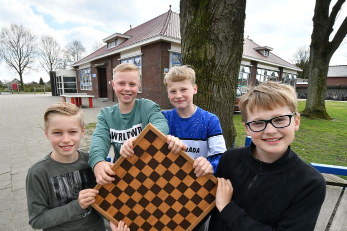 Vier leerlingen van Christelijke Basisschool de Fontein doen zaterdag 13 april mee aan de halve finale van het schooldamkampioenschap van Nederland. Vlnr: Liam Post, Sem Wessels, Niek Jansen en Thijs Jansen.
