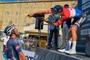 Van der Poel dolt met ploegmaat Dries De Bondt na zijn winst zondag in Loreto.