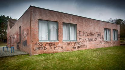 Gemeente investeert in gevelverf tegen graffiti, maar die laat ... grote vlekken achter