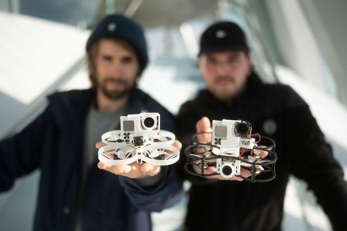 De makers van de drone-video: Daniel Wagner (links) en André Jung met de door hun zelf gebouwde minuscule camera-drones