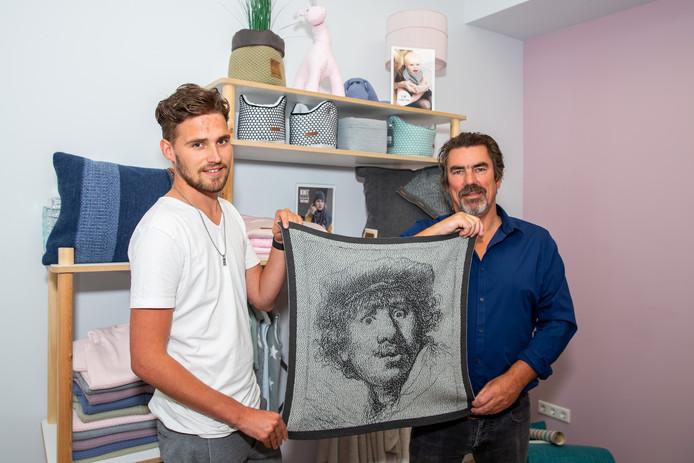 Directeur Pim Engelaer (rechts) en medewerker Nick van Dinteren van Huisman Tricot.