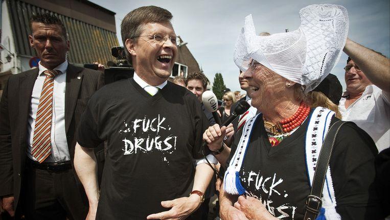 Archiefoto. Jan Peter Balkenende trekt -geflankeerd door de Volendamse Ooitje (oma)- een T-Shirt aan met het opschrift 'Fuck Drugs'. Beeld ANP