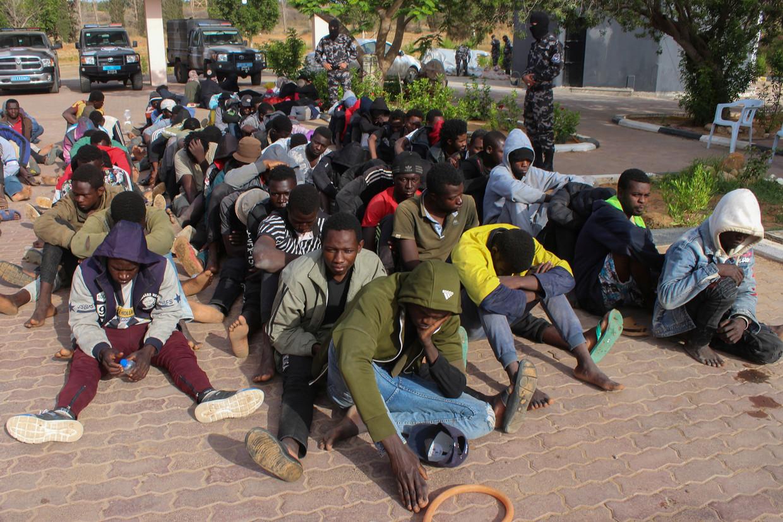 De overheid in Libië houdt migranten tegen die op weg zijn naar Europa. Beeld Reuters
