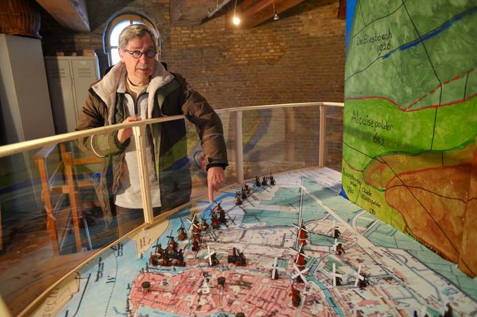 Molenaar Peter Raggers bij de maquette over 800 jaar Dordtse molengeschiedenis, die hij op de educatiezolder van molen Kyck over den Dyck heeft gebouwd.